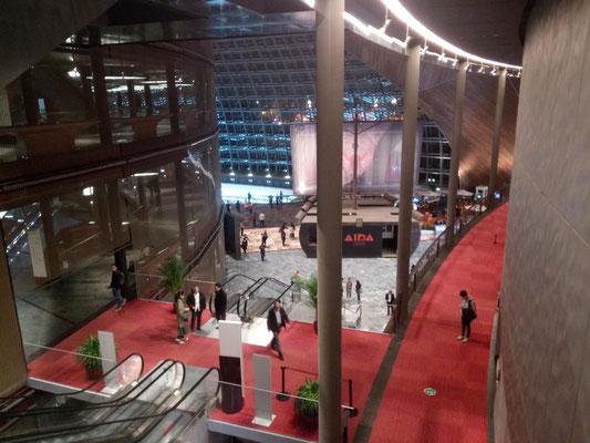 Blick von einem oberen Stockwerk in den Eingangsbereich.