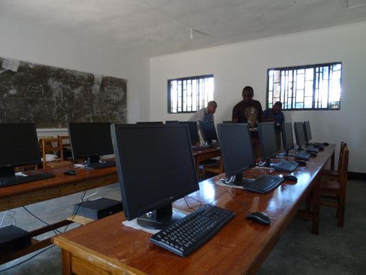 Aufbau der Computeranlage im VTC-Computerraum.