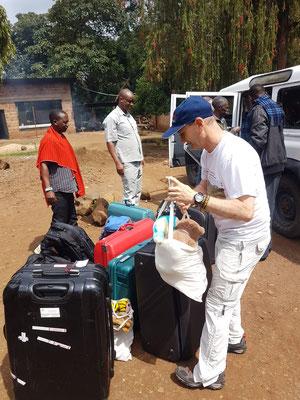 Ankunft an der Kishumundu Sec. School. Unser umfangreiches Gepäck besteht zu über 50 % aus gespendeter Kleidung, Gebrauchsgegenständen und Geschenken.