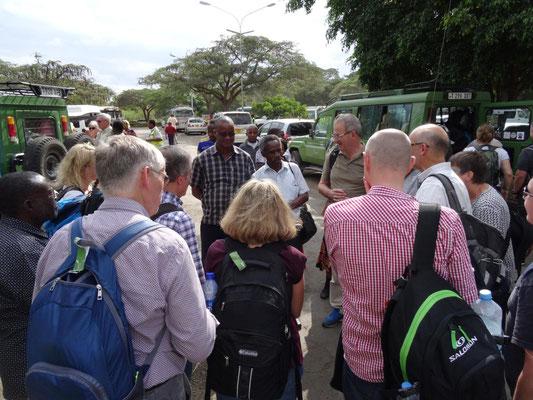 Karibu. Die zweite Gruppe wird von James Kiwara und zahlreichen anderen am Flughafen Kilimandscharo begrüßt.