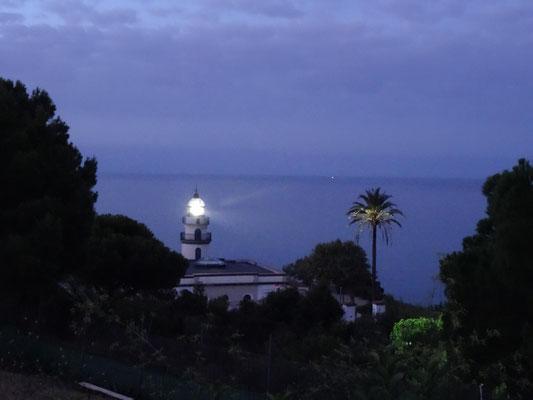 Der Leuchtturm in Calella steht direkt neben dem Campingplatz.
