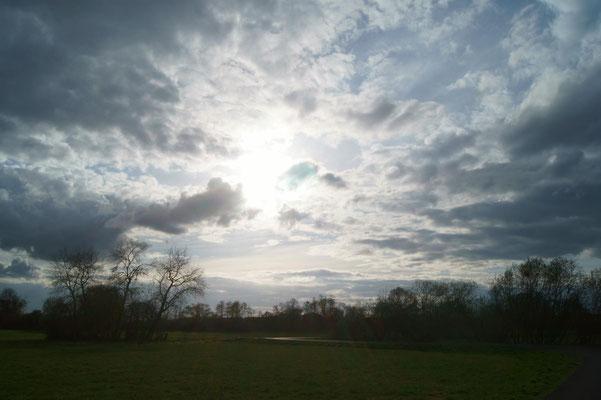 Der Himmel über den Erlensee´er Kinzigauen am 23. März 2014.