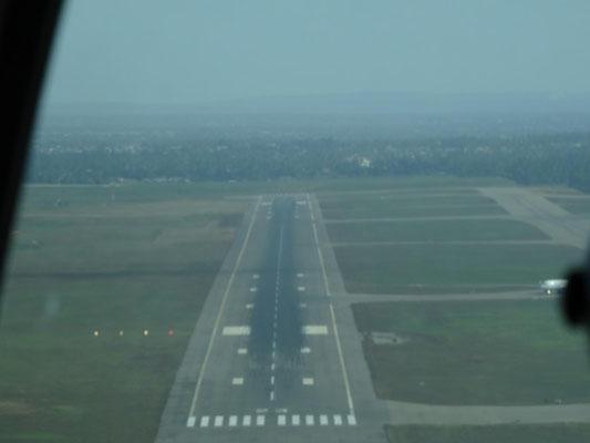 Landebahn voraus. Klick auf das Bild startet einen Film von der Landung im Busch.
