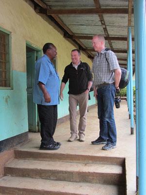 Im August 2013 besucht Patrick Mbeshere Lyakurwa von der Nsoo Sec. School die deutschen Partnerschulen. Hier ist er mit Winfried Sommer und Michael Link zu sehen.
