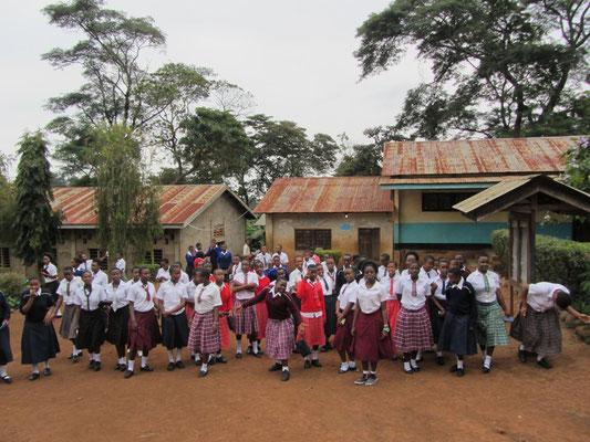 Die Boardingschüler in Sonntagskleidung vor dem Gang zur Kirche.