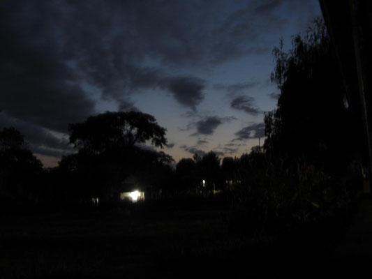 Abendgebet der Schüler im Innenhof der Kishumundu Secondary School.