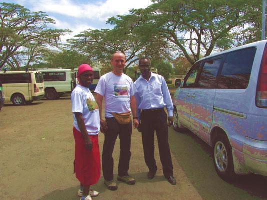 Herzlicher Empfang am Flughafen durch Salome Mungure und den Schulleiter James Kiwara.