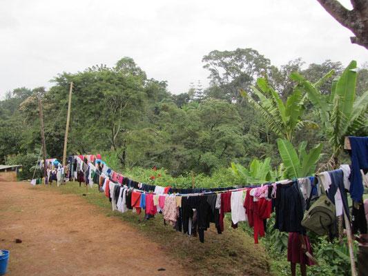 So sieht es hinter der Mädchenunterkunft aus, wenn am Samstag die Boardingschüler ihre Wäsche waschen.