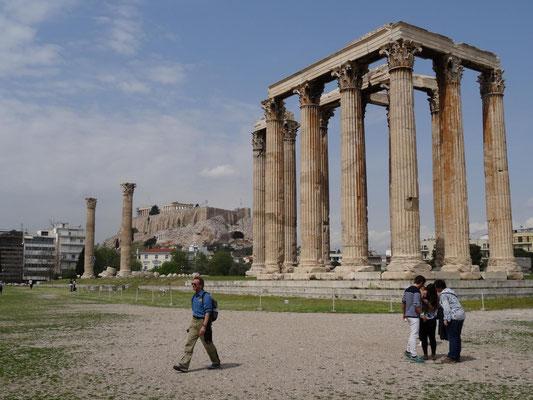 Die Reste des Zeustempel mit der Akropolis im Hintergrund und meinem Begleiter und Freund M. Pieke im Vordergrund.