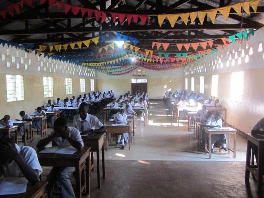Gleich nach dem Mittagessen wurde die Versammlungshalle schon wieder für Prüfungen verwendet.