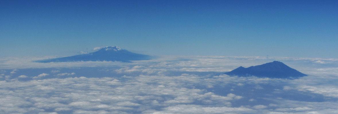 Kilimandscharo und Mount Meru beim Anflug auf den Kilmanjaro Airport.