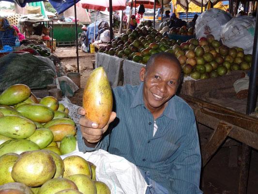 Verkäufer auf dem Mbuyuni-Markt von Moshi.