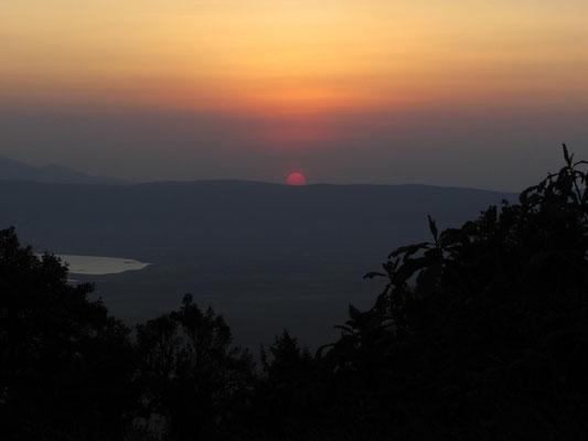 Durch eine Autopanne bei der Ausfahrt aus dem Nationalpark konnten wir den Sonnenuntergang vom Kraterrand aus beobachten.