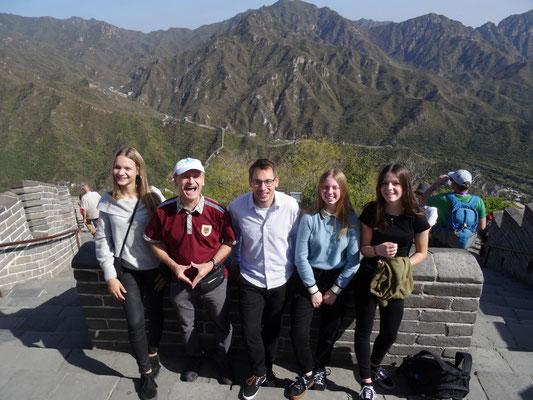 Mit ein paar der KSF-Schülerinnen und meinem Kollegen Daniel Führer am höchsten Punkt der Mauer.