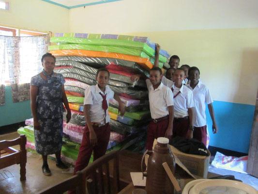 Heute wurden die Matrazen für die neue Jungenunterkunft geliefert. Die Betreuerin der Mädchen zusammen mit Schülern der Form I nach dem Verräumen.