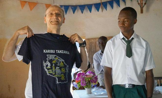 Von den Schülern, Lehrern und Angestellten erhielt ich viele Geschenke und Dankeskarten. Hier Form IV-Schüler bei der Übergabe eines T-Shirts.
