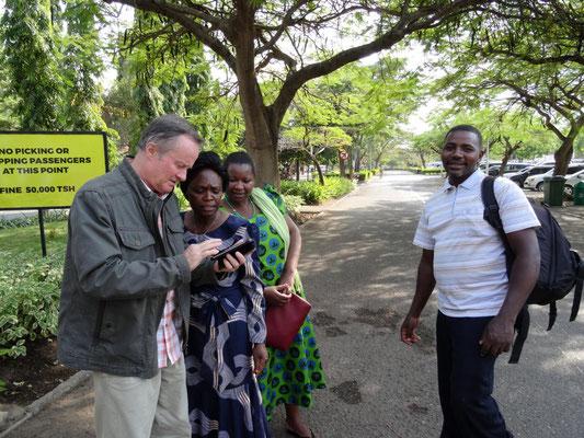 Verabschiedung von den tansanischen Freunden am Flughafen Kilimandscharo.