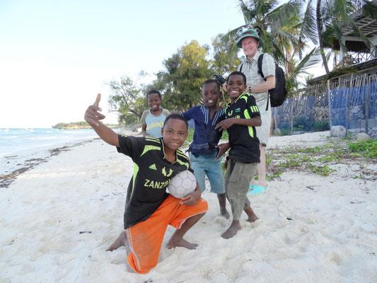 Jungs präsentieren sich am Strand von Sansibar.