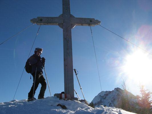 Gipfelglück bei meiner ersten und bisher einzigen Skitour (bei Westendorf, Foto: Dr. Birgit Esslinger)