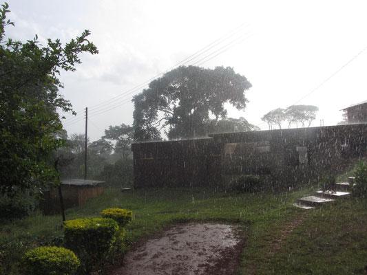 Starkregen bei gleichzeitigen Sonnenschein in Kishumundu wirkt nach über 30 °C am 1. Januar 2014 sehr erfrischend.
