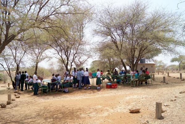Mittagessen der gesamten Ausflugsgruppe am Picknickplatz Matete. Das Essen hatten die Schulköche in der Nacht gekocht und der Gruppe mitgegeben.