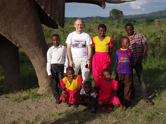 Kinder von Freunden mit mir am einzigen Tembo (Elefant) des Tages - leider kein lebender!
