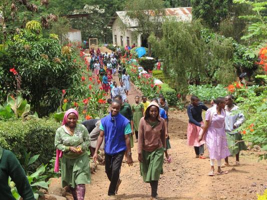 Die Schüler nach einer Stärkung auf dem Weg zurück zum Jungenhaus.