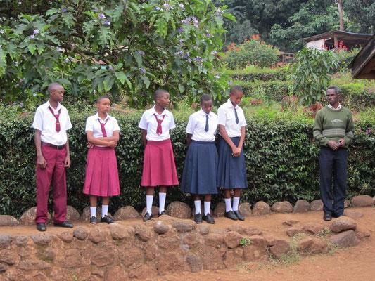 Fünf bezüglich Sauberheit der Kleidung vorbildliche Schüler werden von Mr. Kiwara (rechts) als nachstrebenswertes Beispiel präsentiert.