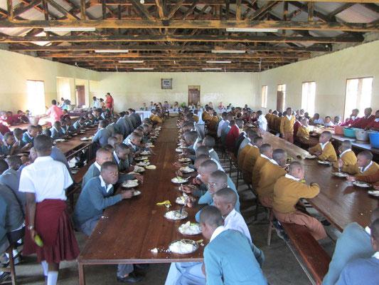 Gemeinsames Mittagessen mit den Schülern und Lehrern in der Nsoo Sec. School.