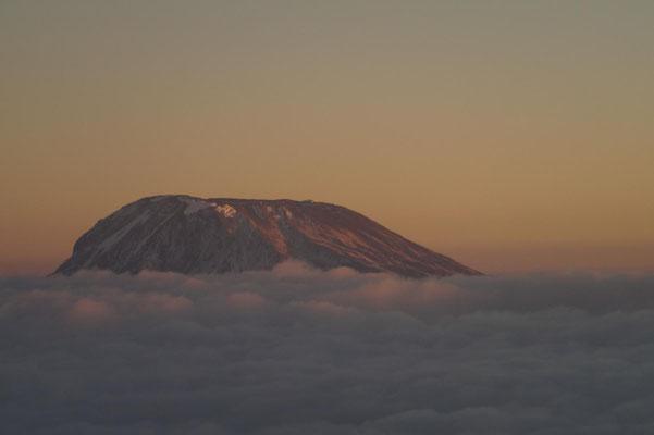 Abflug beim Sonnenaufgang am Kilimandscharo.