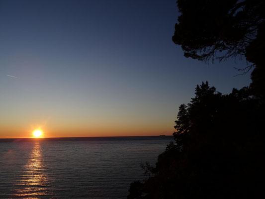 Im Winter geht die Sonne schon früh, aktuell ist es 16.30 Uhr, unter.