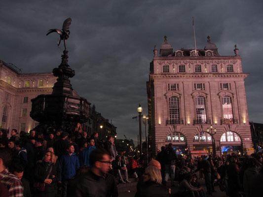 Piccadilly Circus bei Einbruch der Nacht.