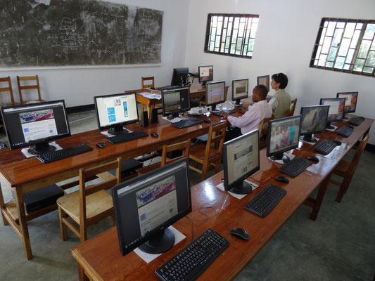 Es ist vollbracht: Alle Computer haben Internetzugang und eine abgesicherte Stromversorgung.  Gut gemacht von Hr. Wittrodt und seinen tansanischen Helfern!