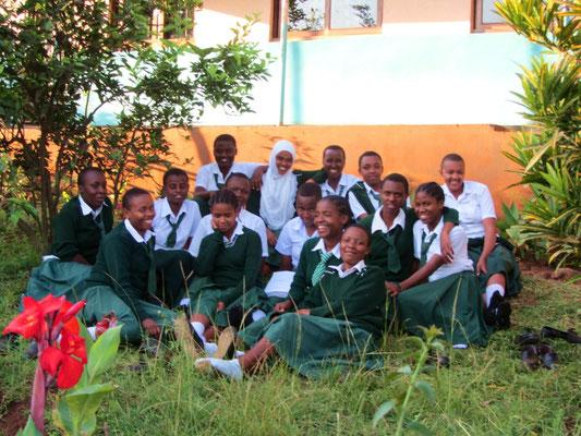 Eine Schülergruppe in einer Pause auf dem Schulgelände .