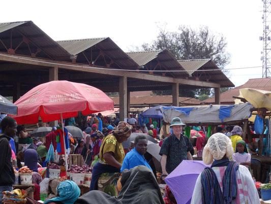 Besuch des Kwasadala-Marktes, wo Winfried Sommer oft seine Kalendermotive fotografieren konnte.