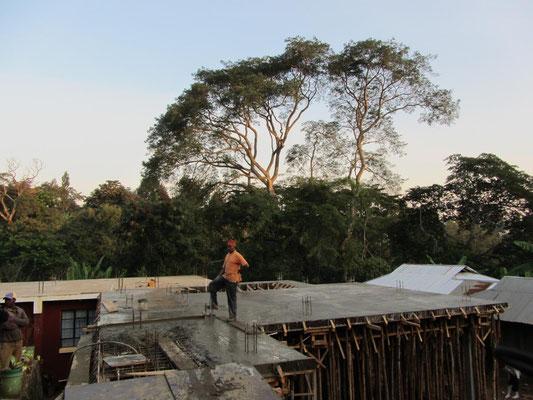 Betonierung des Daches des zweiten Erweiterungsbaus. Letztes Jahr war ich anwesend, als der erste Erweiterungsbau betoniert wurde - ein persoenliches Deja-Vue-Ereignis.