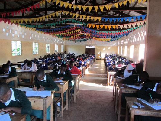 Die Schüler der Form II und IV bearbeiten in der Mensa ihre Distriktprüfungen.