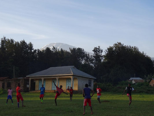 Abendliches Fussballspiel sieht man am Kilimandscharo auf fast jedem Fussballplatz.