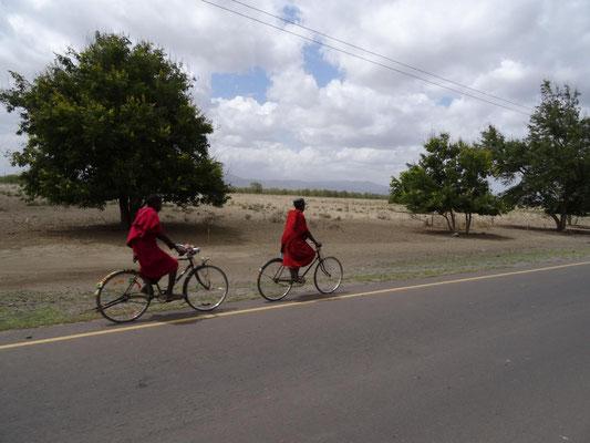 Zwei Massai unterwegs.
