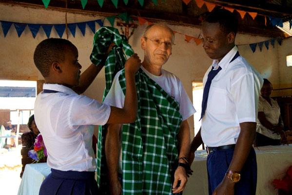 Die Form III kleidete mich in eine Shuka, die traditionelle Decke der Massai.