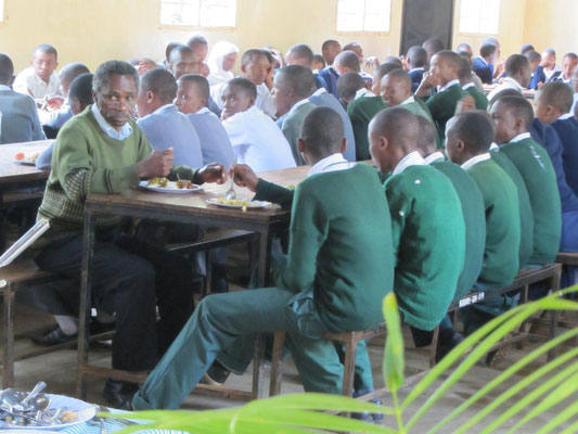 James Kiwara gönnte sich erst zuletzt ein kleines Mittagessen im Kreis seiner Schüler. Er forderte sie dabei auf, sich Nachschlag zu holen, da noch genug übrig war.