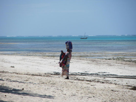Sansibar: Eine Verkäuferin versucht ihr Glück am Strand vor dem Hotel.