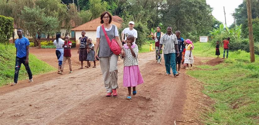 Spaziergang auf der Hauptstrasse von Kishumundu mit Freunden.