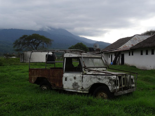 Eines der beim filmen verwendeten Autos steht noch auf dem Gelände.