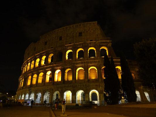 """Bei Nacht macht das Kolloseum ebenfalls eine """"Bella Figura""""."""