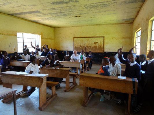 Zu Besuch in der siebten Klasse der Kishumundu Primary School.