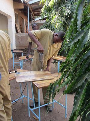 Schüler des VTC in Moshi bauen Schülertische für Schulen.