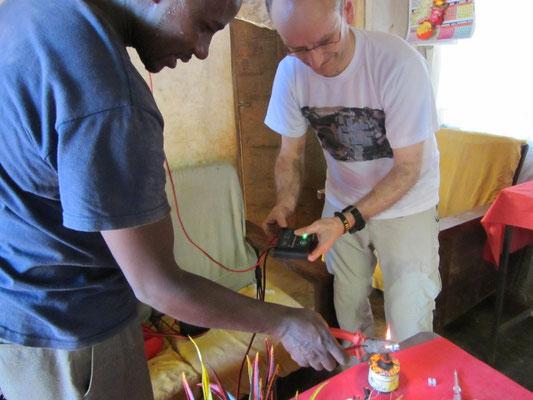 Installation einer Solarstromanlage bei einer befreundeten tansanischen Familie.