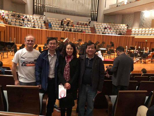 Im Konzertsaal mit meinem Freund Jidong und Freunden von ihm, u.a. die Frau des Dirigenten.
