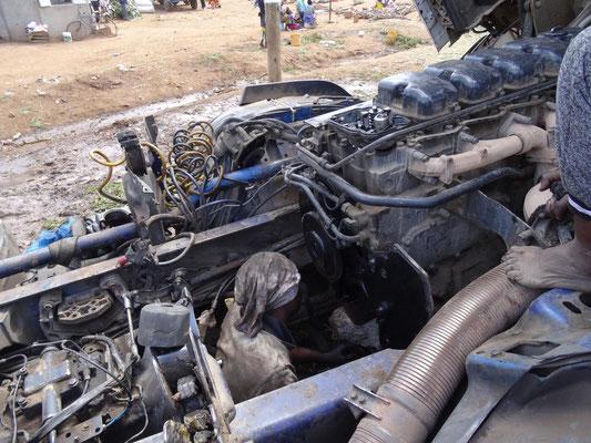 Der Mechaniker arbeitet IM Motor :-) .